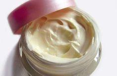 Ισχυρή ενυδατική κρέμα-μάσκα για σκασμένα χέρια και φτέρνες! Υλικά 1 κ.σ. μέλι 3 κ.σ ηλιέλαιο 1/2 κ.γλ. χυμός λεμόνι 1 κ.γλ.μελισσοκέρι Εκτέλεση Ανακατεύουμε το λάδι με το μελλισοκέρι σε χαμηλή φωτιά (όχι να βράσει) μέχρι να λιώσει το κερί. («Τροφή»: μάλλον σε μπεν – μαρί είναι το ιδανικό) Κατεβάζουμε και ρίχνουμε μέσα το μέλι, τελευταίο …