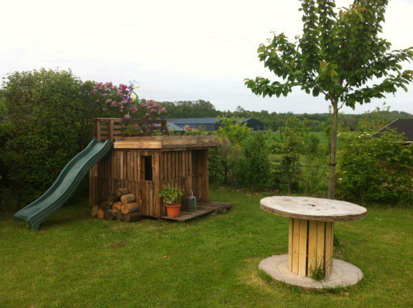 Kids Playhouse With Green Roof Made Out Of 20 Recycled Pallets