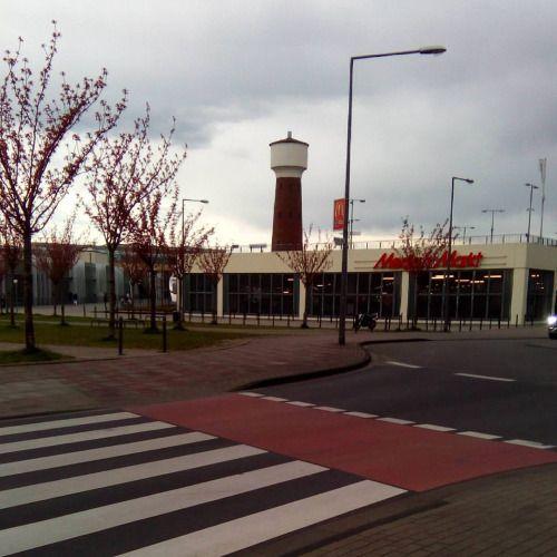 hier: Köln Kalk Arcaden. In Kalk gibt es die Abenteuerhallen. Dort können Kinder klettern und skateboard fahren. http://ahk.abenteuerhallenkalk.de/