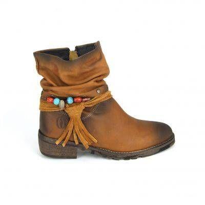 Glad bruine meiden laarzen van Shoesme, model PF3W074-A! Genoeg leuke en grappige details bij deze meiden laarzen, zoals Een riempje met studs, een veter met gekleurde kraaltjes en een leren bandjes die eindigen in een franje. Deze laarzen van Shoesme zijn van glad bruin leer en hebben een gerimpelde schacht wat een speels en nonchalant effect geeft. De loopzool van deze meiden laarzen zijn van rubber en hebben een grof profiel.