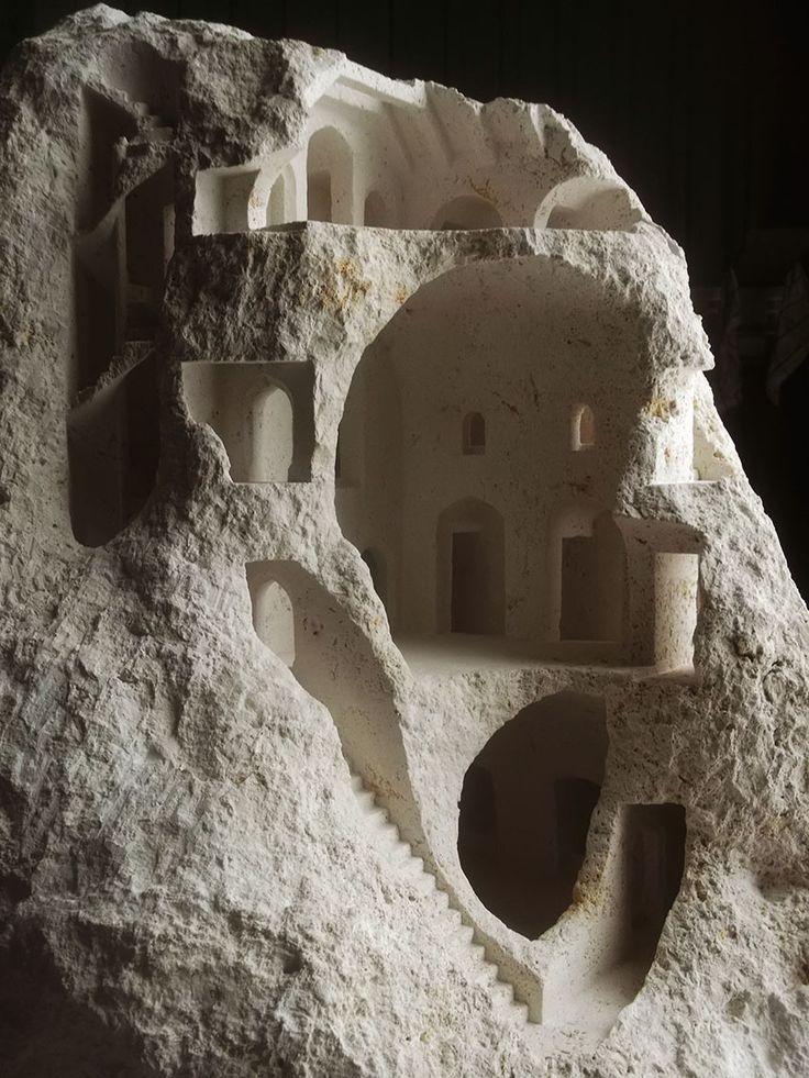 Estructuras arquitectónicas talladas en piedra por Matthew Simmonds