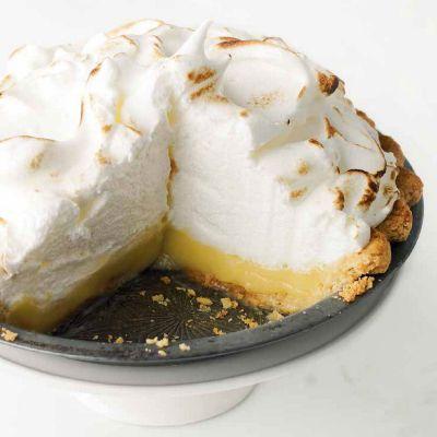 La tarta de limón y merengue es un postre perfectamente equilibrado. Picos y remolinos de merengue dulce, casi ingrávido, sobre un relleno sabroso y...