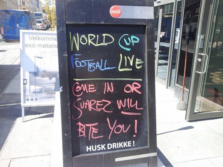 Baren nedi gata var på hugget under fotball-VM i 2014 og slo til med en Suarez-vits på skiltet