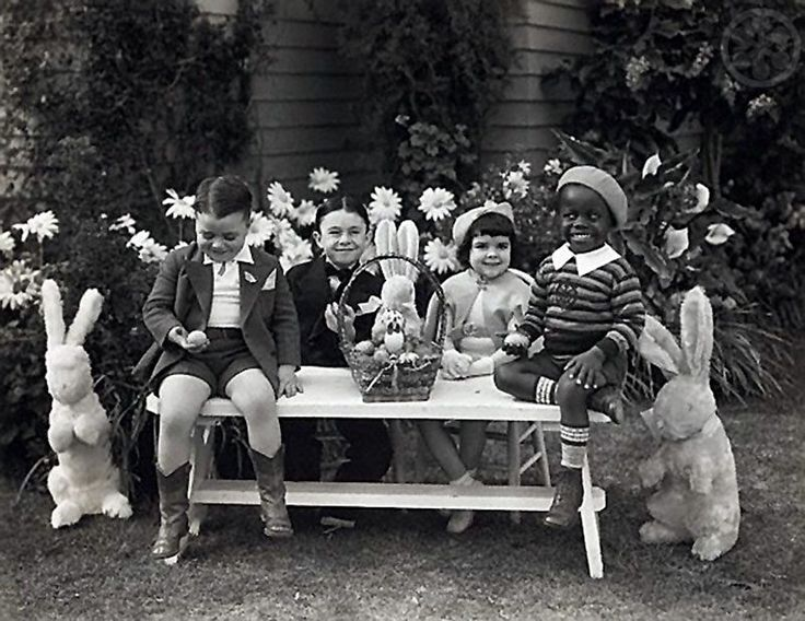 "George ""Spanky"" McFarland, Carl ""Alfalfa"" Switzer, Darla Hood, and Billie ""Buckwheat"" Thomas celebrating Easter, 1935"