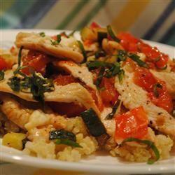 Pollo con quinoa acompañado de vegetales