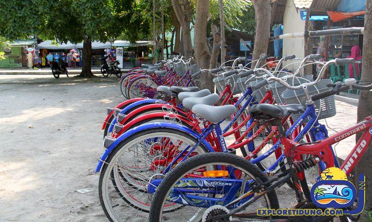 Salah satu keunikan wisata Pulau Tidung, kita akan menggunakan sepeda untuk menuju spot-spot wisata yang berada di daratan Pulau Tidung Besar. Sensasi konvoi sepeda menuju pantai menjadi pengalaman yang sangat menyenangkan.