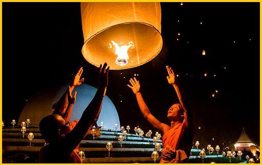 Si chiamano Khom Loi e vengono lanciate in aria in una coltre di luci danzanti: è il Festival delle Lanterne in Thailandia http://pilloline.altervista.org/il-festival-delle-lanterne/