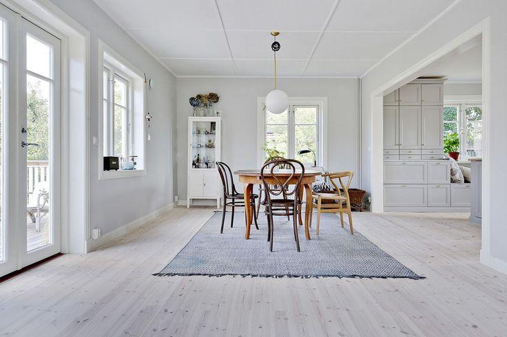Öppen planlösning, tidlösa detaljer och rikligt med ljus som strömmar in i huset. Tallstigen 11 - Bjurfors