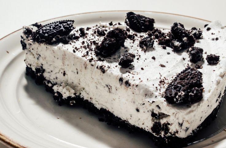 Iata cum poti face un cheesecake cu biscuiti Oreo fara cuptor, ideal pentru zilele de vara cand nu-ti vine sa aprinzi focul. Super-rapid si usor de facut!