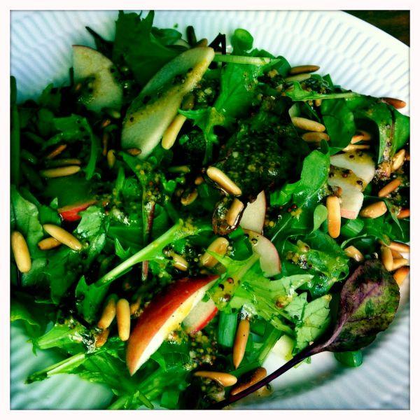 Salat med æble og pinjekerner