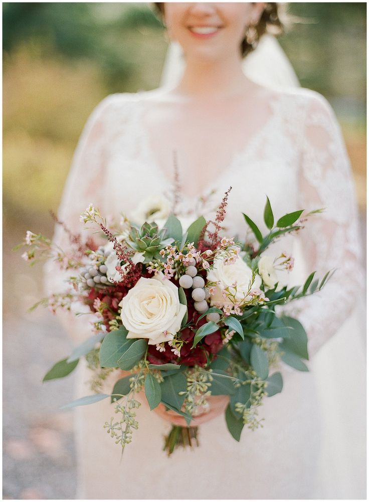 Fall wedding bouquet by Andrew's Florist || The Ganeys
