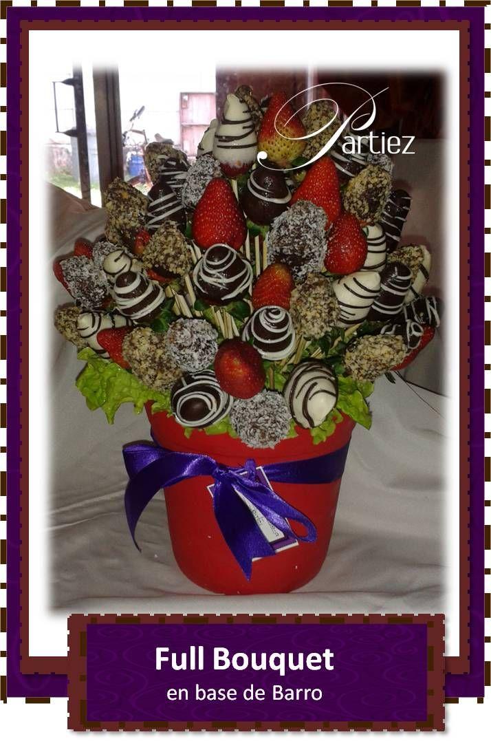 Bouquet de fresa con chocolate blanco y oscuro marmoleado y con coberturas de coco y mani sobre base de barro en rojo