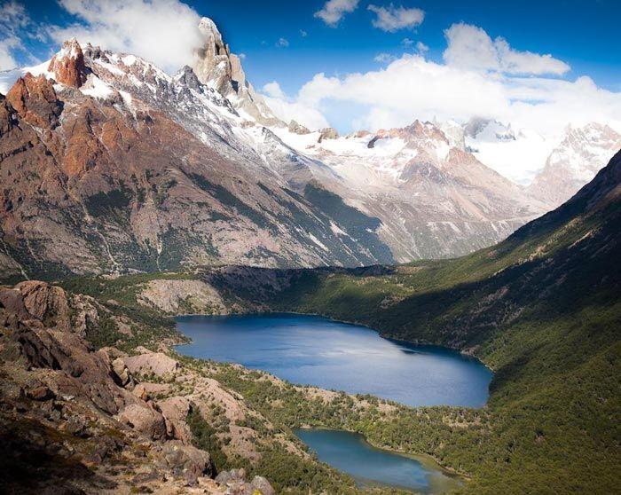 Laguna Verde y detrás la Laguna Azul, al fondo a la izq. el Fitz Roy. El Chalten, Patagonia Argentina y la Ruta 40.