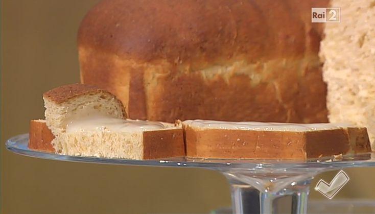Per il pan brioche, 300 g farina integrale, 300 g farina 00, 80 g latte, 2 uova, 50 g olio d'oliva, 5 g sale, 1 vasetto di yogurt bianco, 100 g zucchero, 25 g lievito di birra, 1 pizzico di cannella. Unire in una ciotola il latte con l'olio e le uova. Aggiungere il lievito di birra e lo zucchero. A mano, o in planetaria,