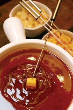 Foundues diferentes para se deliciar no frio. Fondue – Os de queijo e chocolate já são tradicionais, mas novos sabores de fondues vão dominar o inverno.