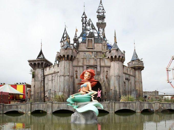 Te presentamos Dismaland: la versión de Disney que está causando furor. El parque temático es obra del famoso artista del street art británico Banksy.