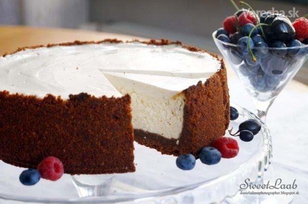 Originálny New York cheesecake je jednoduchý koláč z čistého krémového syra (tvarohu), citrónovej šťavy, kyslej smotany, vanilky a bez ozdobných ingrediencií. My sme použili korpus z kakaa, grécky jogurt a podávali sme ho s tmavým ovocím, ktoré zvýraznilo snehovobielu tvarohovo-smotanovú plnku.