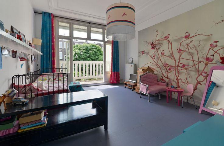 slaapkamer kind. nog in bezit: zwarte kastje, roze bankje, tafeltje en stoeltje, lamp. Roze hoeft niet in hergebruik. tafeltje wel mooi. (check opslag)