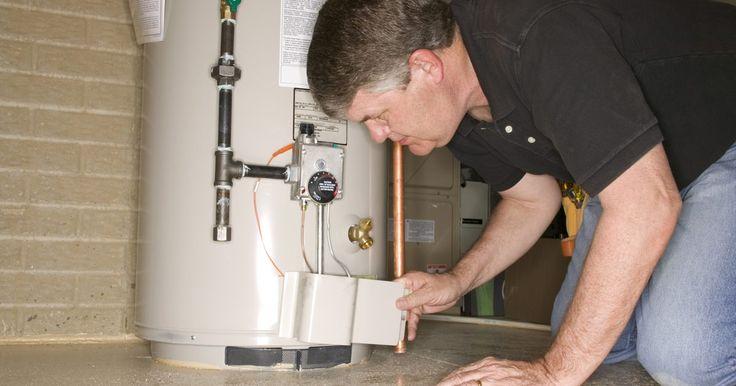 Cómo arreglar y reparar un calentador de agua eléctrico. Un calentador de agua eléctrico, es un dispositivo sencillo que tiene un circuito simple. Verás que es fácil arreglar o reemplazar los sensores de termostato, pero un poco más difícil si la reparación involucra reemplazar los elementos calentadores.
