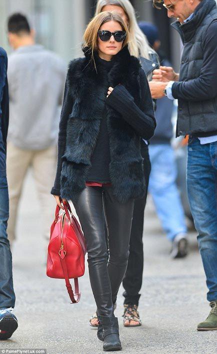 Olivia Palermo pantaloni pelle borsa rossa pelliccia nera