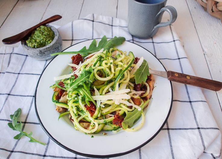 15 minuutin Halloumi-Kesäkurpitsaspagetti rucolapestolla