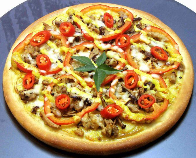 Riquísima pizza vegetariana con tomate, queso , pimientos y champiñones