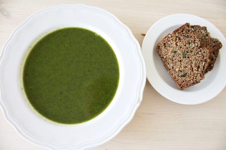 Brennesle er rene supermaten- en bombe av vitaminer og mineraler. Utrensende, styrkende, avgiftende, smertestillende, betennelseshemmende- you name it. Og smaker deilig! Neslesuppe Ta på hansker, gå ut og plukk nesleblader. Til denne suppa trenger du omtrent samme mengde som de store posene med fersk spinat du finner i butikken. 1 stor gul løk 2 fedd …