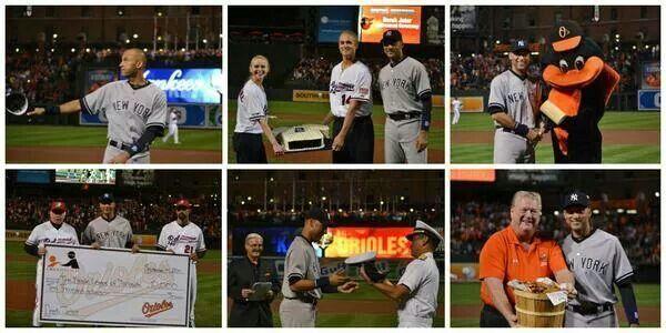 Derek Jeter recibiendo regalos de Los Orioles de Baltimore.