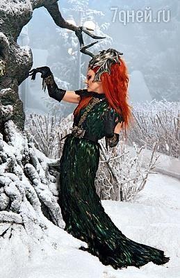 Литвинова платье черные перья шага