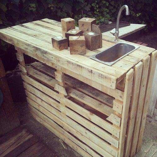 Bar extérieur fabriqué à partir de palettes recyclées, avec un évier !