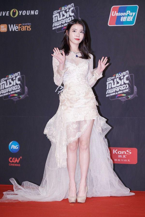 2014-MAMA-Awards-K-Star-Fashion_IU IU yang biasanya bergaya girlish, kali ini terlihat lebih dewasa  dan K-Pop Star 'Sista' yang bergaya sangat feminin.