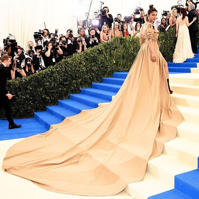 "O maior trench coat que você respeita é de #PriyankaChopra no #MetGala! A peça foi desenvolvida pela #RalphLauren para a indiana cruzar o ""blue carpet"" do evento. Que tal?  via ELLE BRASIL MAGAZINE OFFICIAL INSTAGRAM - Fashion Campaigns  Haute Couture  Advertising  Editorial Photography  Magazine Cover Designs  Supermodels  Runway Models"
