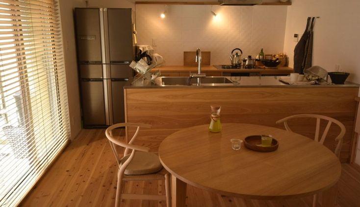 タモのラウンドテーブルとナラのオーダーキッチン 天板:シンク側 ステンレスヘアライン キッチンパネル:タモ板目無垢材オイル塗装仕上げ ラウンドテーブル:1200mm大、タモ柾目無垢材、