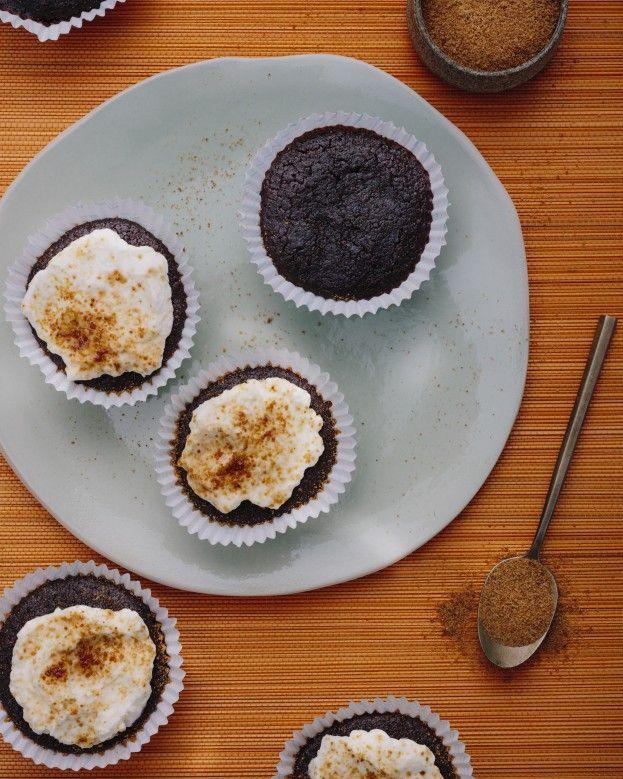 Choco- beetmuffins - Rens Kroes  NGREDIËNTEN: 3 gekookte bieten (ca 70 gram p. stuk)  3 eieren  70 gram dadelsiroop  mespuntje zeezout  1 tl kardamom 2 el kokosolie, gesmolten 30 gram cacaopoeder 80 gram boekweit- haver- amandel- of volkoren speltmeel  1 grote tl wijnsteenbakpoeder   Topping  3 el kokosroom 1 tl kokosbloesemsuiker