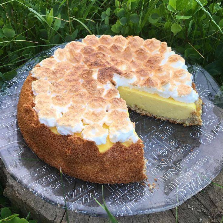 День рождения - не повод наедаться вредной еды, праздничный торт был тоже по Дюкану, чуть доработала рецепт торта с меренгой и лимонным курдом.  Это большой торт, пекла в форме диаметром 25 см в расчете на гостей. А так по отрубям тут на 4 дня.  Тесто:  8 ст.л. муки из овсяных отрубей (120 г) 4 яйца 4 ст.л. воды или молока 2 ч.л. разрыхлителя Сахарозаменитель по вкусу Щепотка соли  Отделить белки от желтков. Желтки смешать с остальными ингредиентами, а белки взбить в крепкую пену с щепоткой…