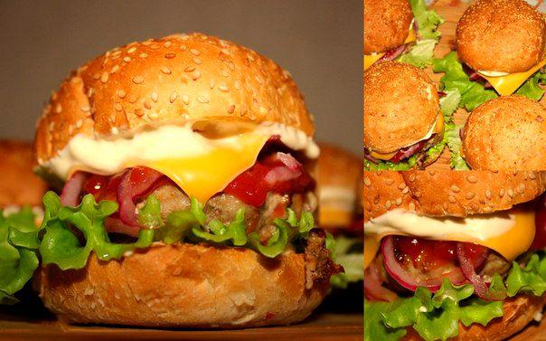 """Домашние бургеры   Домашние бургеры  на 5 шт.:  булочки для гамбургеров 5шт.( у меня готовые) говяжий фарш 500гр.  (говядина+1булочка,замоченая в молоке+репчатый лук+2 зубчика чеснока+смесь перцев+1ч.л.сушеного орегано+1ч.л.молотого кориандра+соль. По желанию, можете добавить в фарш яйцо, я не добавляю.) панировочные сухари (для формирования котлет) 1 средний/большой соленый или маринованный огурец (у меня соленые, домашние) готовые ломтики сыра для чизбургеров (у меня ломтики """"Хохланд"""", но…"""