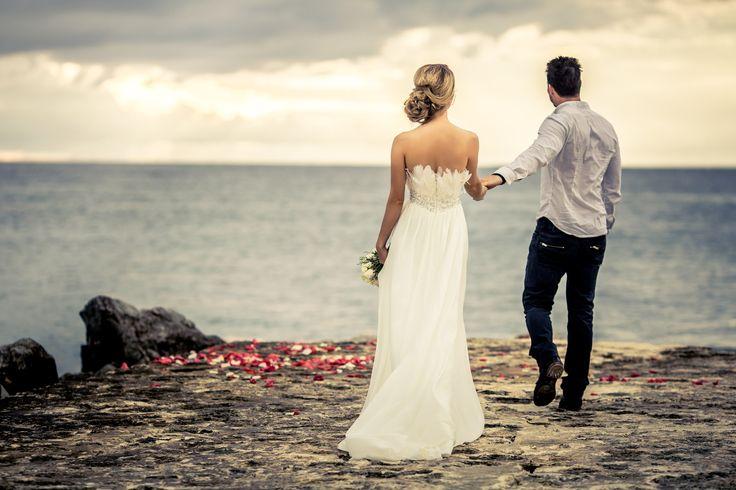 Изысканная, нежная невеста и ее элегантный жених — и бесконечный праздник любви.   Необыкновенные, восхитительные, потрясающее кадры жениха и невесты, снятые на закате солнца, в них столько эмоций, столько страсти, столько любви и пойманных мгновений.  Именно в таких неповторимых моментах живет самое настоящее и самое прекрасно чувство - Любовь!    Свадебная церемония на закате, когда солнце уходит далеко в Карибское море, что может быть романтичнее……….