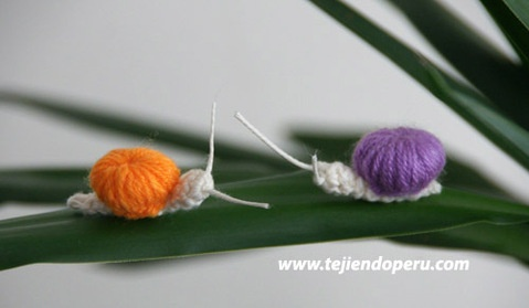 tutorial: caracoles hechos con un botón tejido en crochet  (caparazón) y en la técnica del amigurumi (cabeza y cuerpo).  Facilísimos de tejer!!!  (el botón tejido a crochet es el mismo que utilizamos para hacer las mariquitas!)