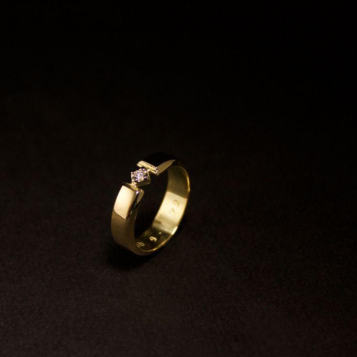 Het eindresultaat van een Gouden herinneringsring met Diamant vervaardigd van 1 Trouwring en 1 dierbare oude ring. Voor meer voorbeelden kijk op: https://www.goudsmidmargriet.com/portfolio/ #goudsmidmetpassie #herinneringen #herdenkingssieraden