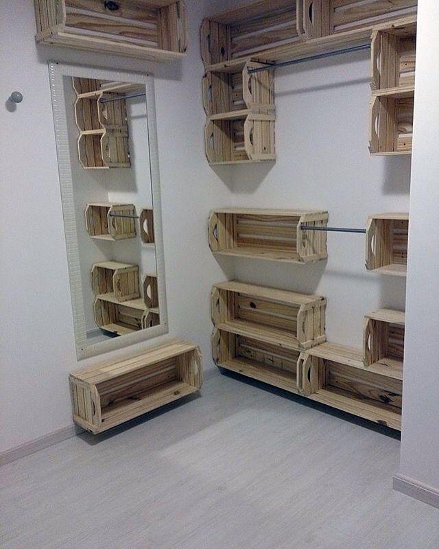 Bom dia com essa inspiração! Closet de caixote... É possivel!! ➖ www.artecomquiane.com #closet #armario #caixa…
