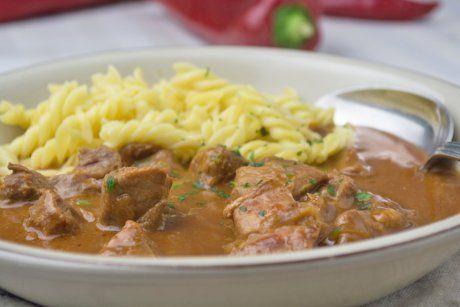Das typische Wiener Kalbsrahmgulasch wird mit zartem Kalbfleisch zubereitet und mit Rahm verfeinert. Hier das Rezept.