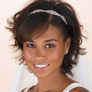 Sposa con i capelli corti, caschetto spettinato con frangetta lateralee e cerchietto di strass