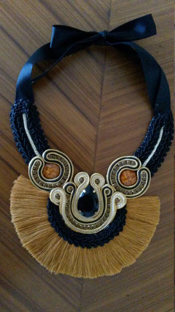Collar etnico con flecos en color marron y negro