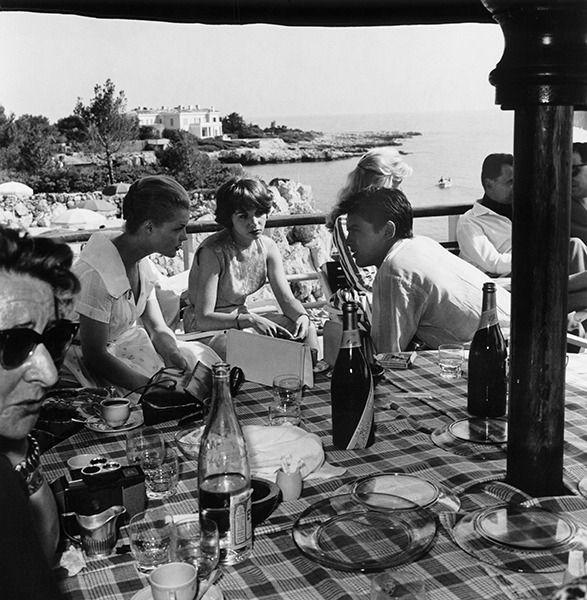 En 1959, Alain Delon vient de se fiancer avec Romy Schneider. La jeune femme qui boude est la comédienne Françoise Arnoul.