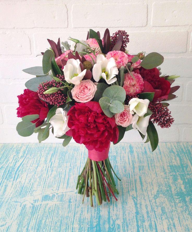 Букет с пионами, эустомой, розами и эвкалиптом