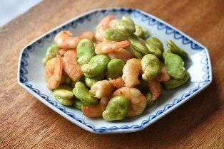 いちばん丁寧な和食レシピサイト、白ごはん.comの『えびとそら豆の炒め物の作り方』を紹介しているレシピページです。えびとそら豆は彩りも味わいもぴったりの組み合わせ。そら豆はグリルするように炒めることで、ほっこり濃い味わいとなるよう火通しします。