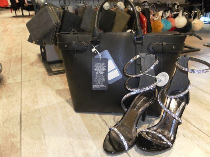 Due valide alternative da indossare il VENERDI' SERA!! Quale delle due opzioni preferite? Venite a scoprire scarpe e accessori da #ishue!!