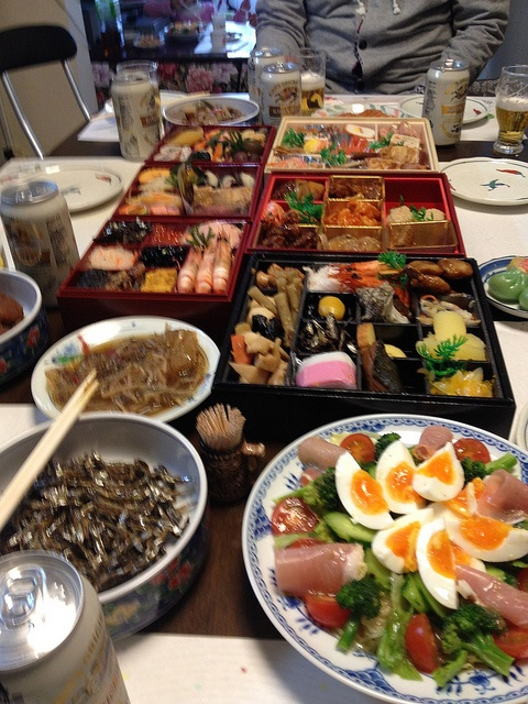 Osechi Ryori, Japanese New Year Dishes-Japanese people arrange a lavish dinner for the New Year eve. The traditional Japanese New Year dinner consists of boiled seaweed, mashed sweet potato with chestnut, fish cakes, sweetened black soybeans, and simmered burdock root.