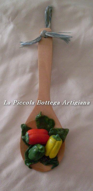 Mestolo in legno cm 23 decorato con peperoni rossi, gialli e verdi in pasta di mais