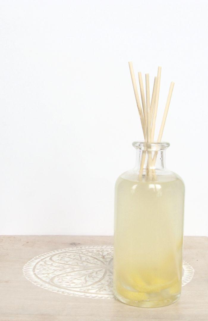 Cómo hacer un ambientador mikado. DIY - Organicus Homemade Reed Diffuser, Diffuser Diy, Apothecary Jars Decor, Marker, Organic Cleaning Products, Diy Cleaners, Diy Arts And Crafts, Diy Crafts, Home Made Soap